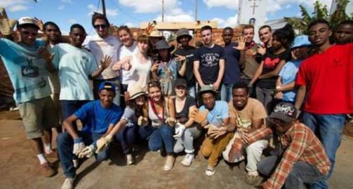 madagascar-Ils restaurent une école à Madagascar