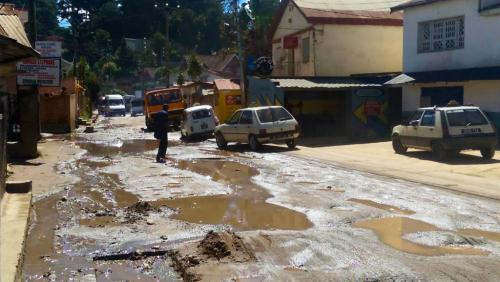 madagascar-Madagascar: un millier de protestataires contre le mauvais état d'une route